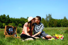 picnic ζευγών νεολαίες στοκ φωτογραφίες με δικαίωμα ελεύθερης χρήσης