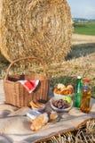Picnic καλάθι και διαφορετικά τρόφιμα και ποτά στο πεδίο αχύρου στοκ φωτογραφίες με δικαίωμα ελεύθερης χρήσης