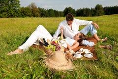 picnic λιβαδιών ζευγών ευτυχέ&s στοκ εικόνα με δικαίωμα ελεύθερης χρήσης