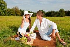 picnic λιβαδιών ζευγών ευτυχέ&s στοκ φωτογραφίες