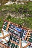 picnic λιβαδιών καλαθιών Στοκ φωτογραφία με δικαίωμα ελεύθερης χρήσης