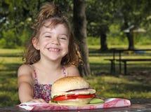 Picnic μικρών κοριτσιών στο πάρκο Στοκ φωτογραφία με δικαίωμα ελεύθερης χρήσης