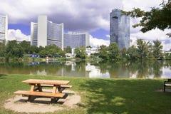 Picnic πάρκο και σύγχρονα κτήρια Βιέννη στοκ φωτογραφία με δικαίωμα ελεύθερης χρήσης