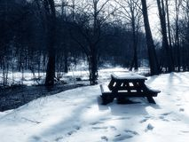 Picnic πίνακας στο χιόνι, μπλε που τονίζεται Στοκ Φωτογραφία