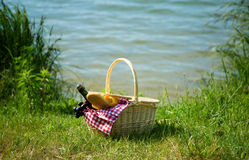 Picnic basket with food Royalty Free Stock Photography
