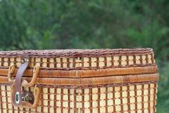 PICNIC BASKET IN THE OUTDOORS WITH GREEN BACKGROUND Royalty Free Stock Images