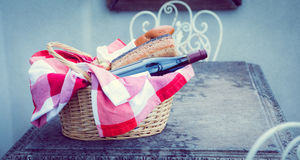 Picnic basket of red wine and bread Royalty Free Stock Photos