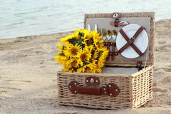 Picnic. Basket and sunflowers o the beach Royalty Free Stock Photos
