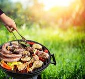Picnic in campagna - griglia del barbecue con la verdura fotografia stock