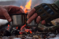picnic con un falò e un tè caldo Fotografia Stock Libera da Diritti