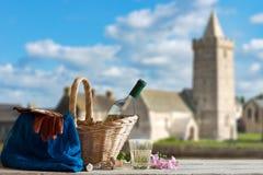 Picnic davanti alla chiesa in Normandia fotografie stock libere da diritti