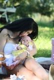 Picnic della figlia e della madre Immagine Stock Libera da Diritti