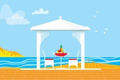 Picnic di estate Paesaggio dell'acqua di mare Ricreazione esterna Tabella con le sedie, il supporto conico e l'ananas Cena con fr Immagini Stock Libere da Diritti