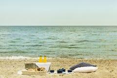 Picnic di estate sulla spiaggia Utensili di picnic del servizio blu con la VE fotografie stock