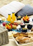 Picnic di estate sulla spiaggia Utensili di picnic del servizio blu con la VE immagini stock