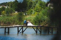 Picnic di nozze sul ponte Fotografie Stock Libere da Diritti