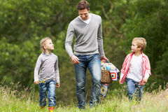 Picnic di Taking Children On del padre in campagna Fotografia Stock