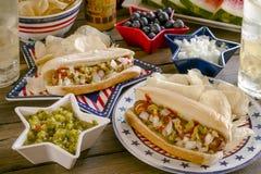 Picnic di vacanza estiva con i hot dog ed i chip immagini stock