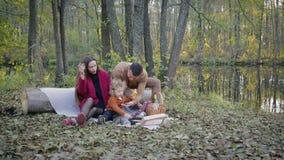 Picnic felice della famiglia dal lago stock footage