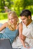 picnic lap-top ζευγών στοκ φωτογραφίες με δικαίωμα ελεύθερης χρήσης