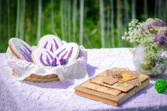 Picnic nel parco Fiori del lupino, candele e lettere blu, bella decorazione Il pan di zenzero cuoce Immagini Stock Libere da Diritti