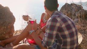 Picnic romantico delle coppie amorose con il Mountain View e della spiaggia al tramonto stock footage