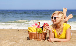 Picnic sulla spiaggia Giovane donna bionda con il canestro Fotografie Stock