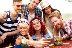 Picnickers делая selfie стоковое фото rf