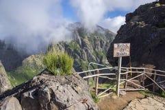 Pico做Arieiro供徒步旅行的小道、惊人的不可思议的风景有难以置信的看法,岩石和薄雾,观点与木栏杆 免版税库存图片