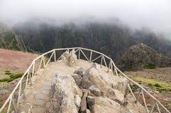 Pico做Arieiro供徒步旅行的小道、惊人的不可思议的风景有难以置信的看法,岩石和薄雾,观点 免版税库存照片