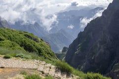 Pico做Arieiro供徒步旅行的小道、惊人的不可思议的风景有难以置信的看法,岩石和薄雾,谷的看法在岩石之间 免版税库存图片