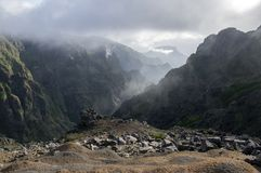 Pico做Arieiro供徒步旅行的小道、惊人的不可思议的风景有难以置信的看法,岩石和薄雾,谷的看法在岩石之间 库存照片
