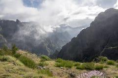 Pico做Arieiro供徒步旅行的小道、惊人的不可思议的风景有难以置信的看法,岩石和薄雾,谷的看法在岩石之间 免版税库存照片