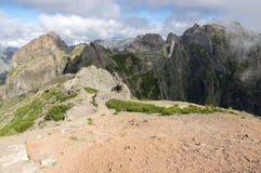 Pico做Arieiro供徒步旅行的小道、惊人的不可思议的风景有难以置信的看法,岩石和薄雾,谷的看法 库存图片