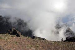 Pico做Arieiro供徒步旅行的小道、惊人的不可思议的风景有难以置信的看法,岩石和薄雾,谷的看法 免版税库存图片