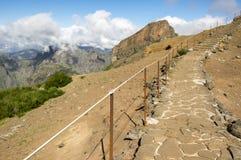 Pico做Arieiro供徒步旅行的小道、惊人的不可思议的风景有难以置信的看法,岩石和薄雾,道路有栏杆的 免版税图库摄影