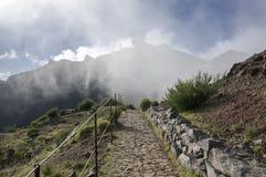 Pico做Arieiro供徒步旅行的小道、惊人的不可思议的风景有难以置信的看法,岩石和薄雾,防空火车站 库存图片