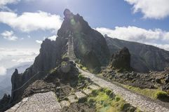 Pico做Arieiro供徒步旅行的小道、惊人的不可思议的风景有难以置信的看法,岩石和薄雾,防空火车站 免版税库存图片