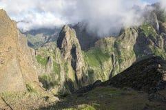 Pico做Arieiro供徒步旅行的小道、惊人的不可思议的风景有难以置信的看法,岩石和薄雾 免版税库存图片