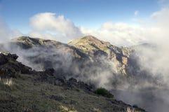 Pico做Arieiro供徒步旅行的小道、惊人的不可思议的风景有难以置信的看法,岩石和薄雾 免版税库存照片