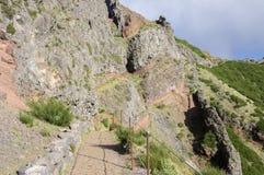 Pico做Arieiro供徒步旅行的小道、惊人的不可思议的风景有难以置信的看法,岩石和薄雾 库存图片