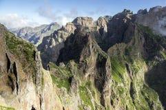 Pico做Arieiro供徒步旅行的小道、惊人的不可思议的风景有难以置信的看法,岩石和薄雾 图库摄影