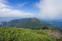 Pico acima dos picos, sob o céu azul Imagens de Stock Royalty Free