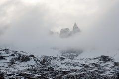 Pico afiado nas nuvens Norte de Islândia imagens de stock royalty free