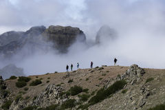 pico arieiro的人们在马德拉岛海岛上 库存照片