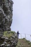 pico arieiro的妇女在马德拉岛海岛上 免版税库存图片