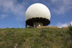 Pico Arieiro, Мадейра/ПОРТУГАЛИЯ - 21-ое апреля 2017: Радиолокационная станция противовоздушнаяа оборона расположена на верхнюю ч стоковое изображение rf
