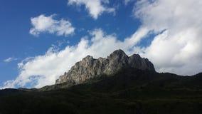 Pico con las nubes Fotografía de archivo libre de regalías