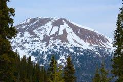 Pico coronado de nieve de Colorado Rocky Mountains Great Divide enmarcado en árboles Fotos de archivo libres de regalías