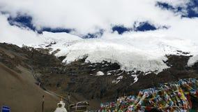 Pico coronado de nieve del glaciar y cielo azul con las nubes en las montañas Tíbet de Himalaya metrajes